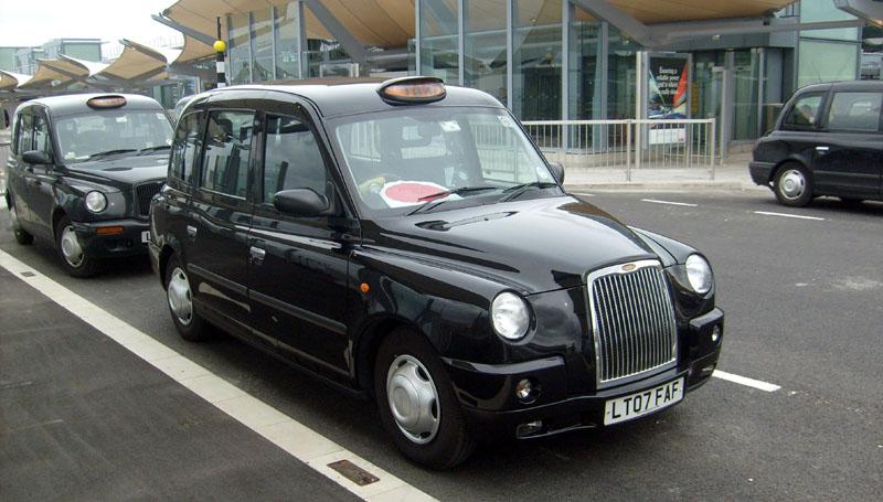 Presso l'aeroporto di Heathrow un taxi tipo TX4, il predecessore del futuro TX5 ibrido (Source: Wikimedia Commons)