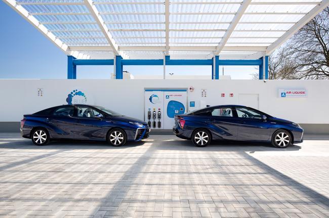 Probabilmente sono ancora molto poche le Mirai ad idrogeno come quelle alla stazione di rifonimento dell'aeroporto di Bruxelles, ma tra gli autisti di Uber le Toyota sono oggi la maggioranza. (Source: Toyota media website)