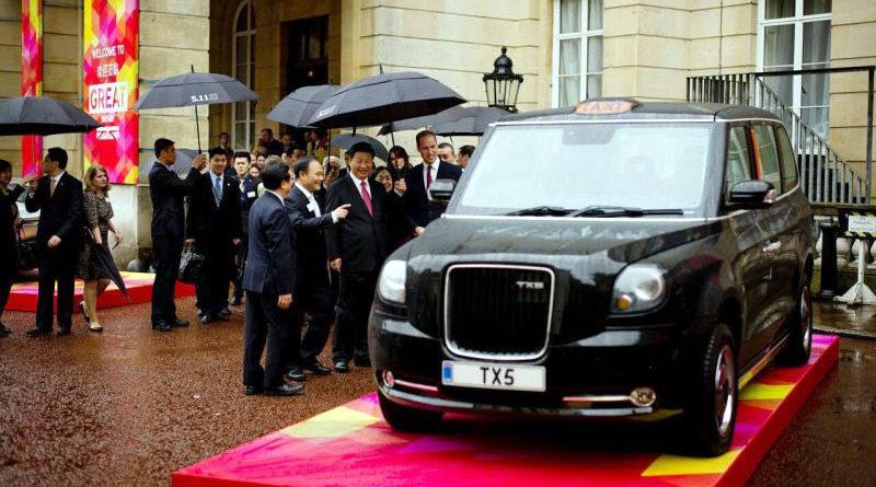 I vertici della Zhejiang Geely Holding Group Co. presentano a Duca e Duchessa di Cambridge il prototipo (Source: Geely media service)