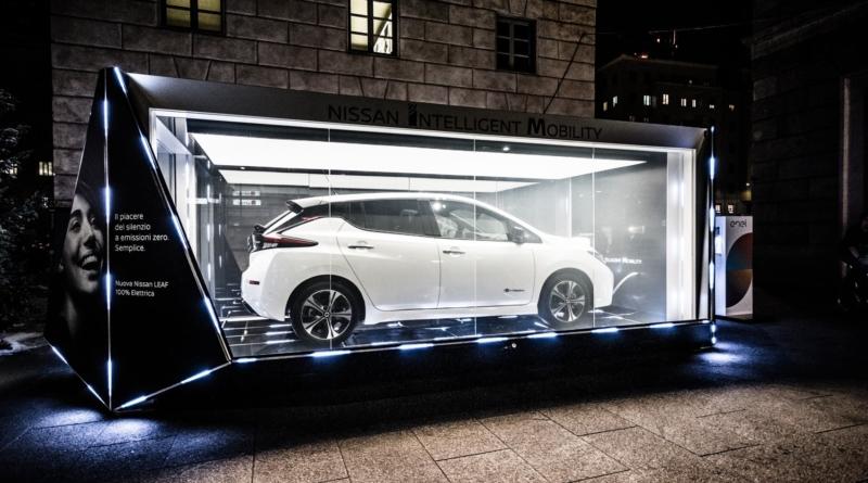 A Milano Nissan ha appena tolto dalla vetrina natalizio la sua nuova Leaf