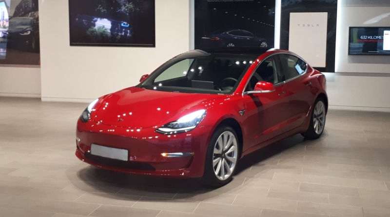 Nel giorno in cui appare la Model 3 da $35.000 svaniscono i saloni Tesla