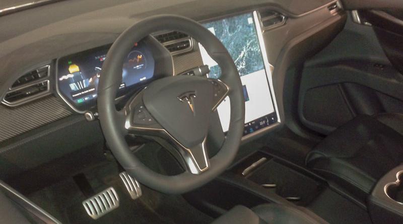 L'Autopilot Tesla tiene sempre meglio il volante: è questo il problema?
