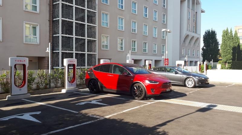 I modelli di lusso Tesla diventano più costosi e la gamma di fascia alta razionalizzata