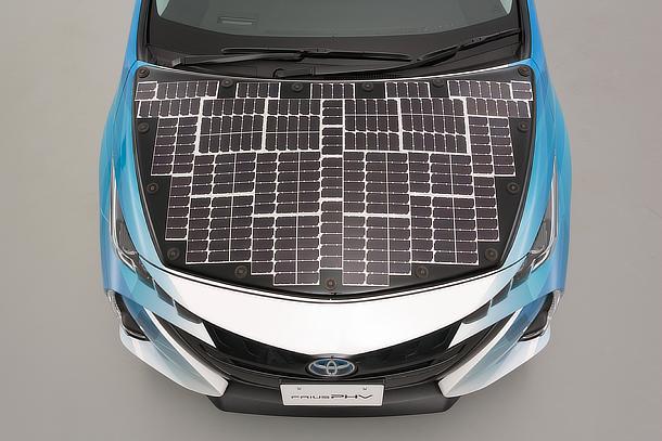 Toyota inizia i test di una Prius ibrida plug-in equipaggiata con pannelli fotovoltaici Sharp