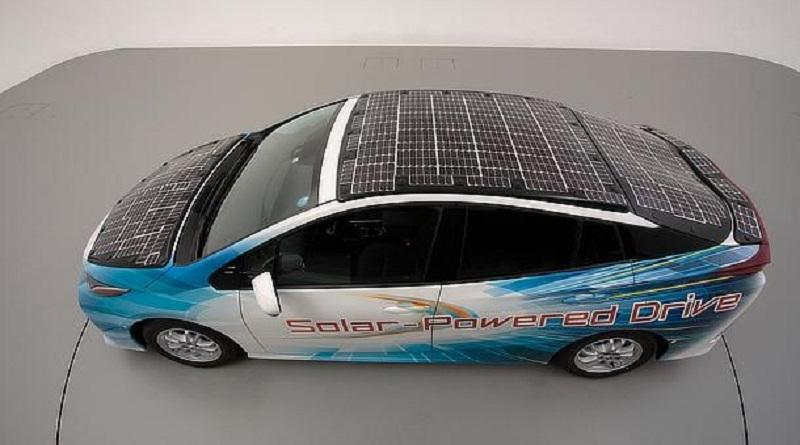 Toyota inizia i test di una Prius ibrida plug-in equipaggiata di pannelli fotovoltaici Sharp