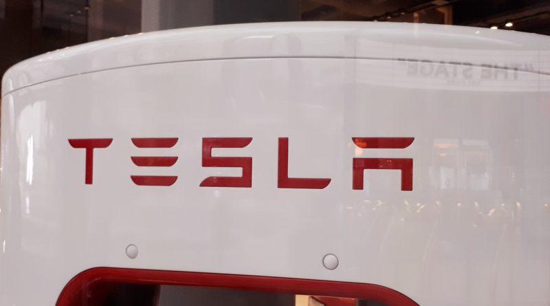 """E' il momento giusto per i """"tweet"""" gongolanti di Elon Musk: le azioni Tesla a quota 420 dollari"""