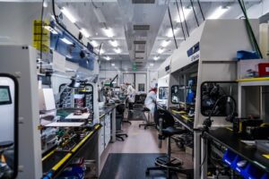 Il laboratorio QuantumScape accumula strati nelle celle solid state